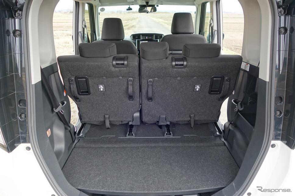後席を前に出したときの荷室。この状態であれば長期旅行用トランクを複数個縦積みすることも可能だ。