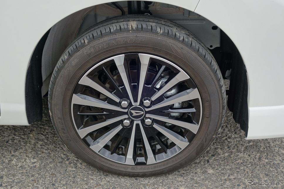 タイヤは175/55R15サイズのダンロップ「エナセーブ EC300+」。ロープロファイルゆえ側壁のたわみが固く、乗り心地は悪い。本来ならタイヤ径をワンサイズ上げたいところだが、設計上の制約があるのだろう。
