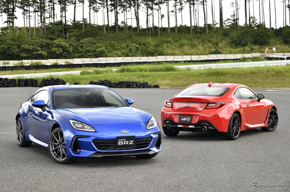 スバル BRZ 新型(青)とトヨタGR 86(赤)《写真撮影 雪岡直樹》