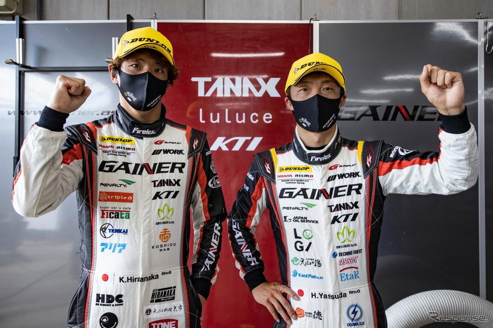 GT300クラス予選トップの平中克幸(左)と安田裕信(右)《撮影 益田和久》