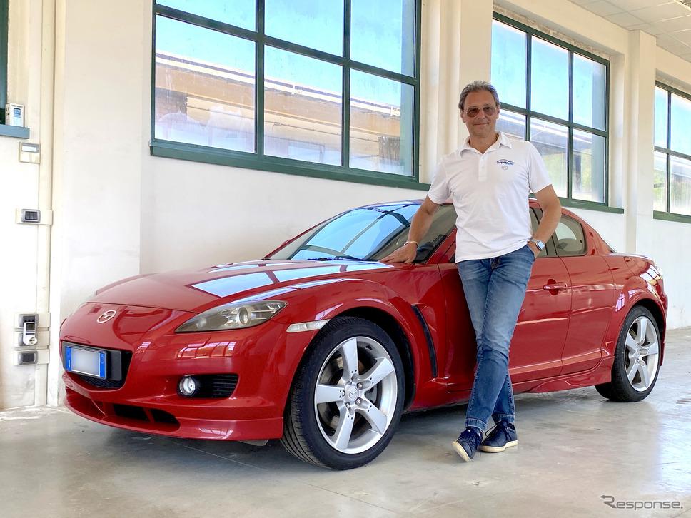 イタリア・シエナ県のマツダ販売代理店「スーペルアウト」のマッシモ・ラッツェーリ社長と、自身が所有するRX-8