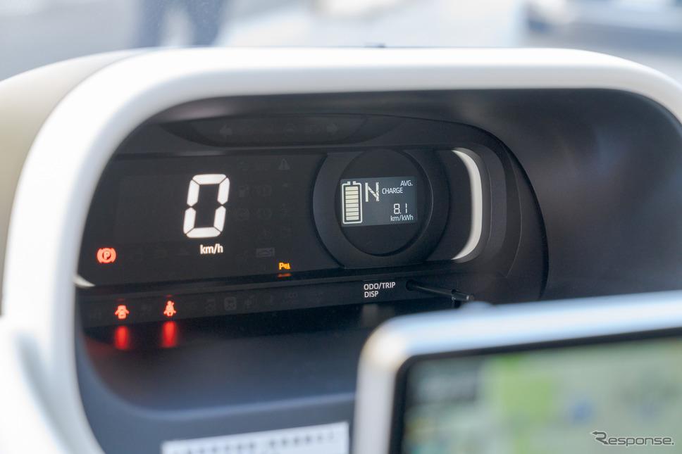 センターレイアウトのマルチインフォメーションディスプレイには、バッテリー残量とシフトポジションが常時表示され、ODOメーター、TRIPメーター、平均電力消費率、航続可能距離は選択表示される。《写真撮影 関口敬文》