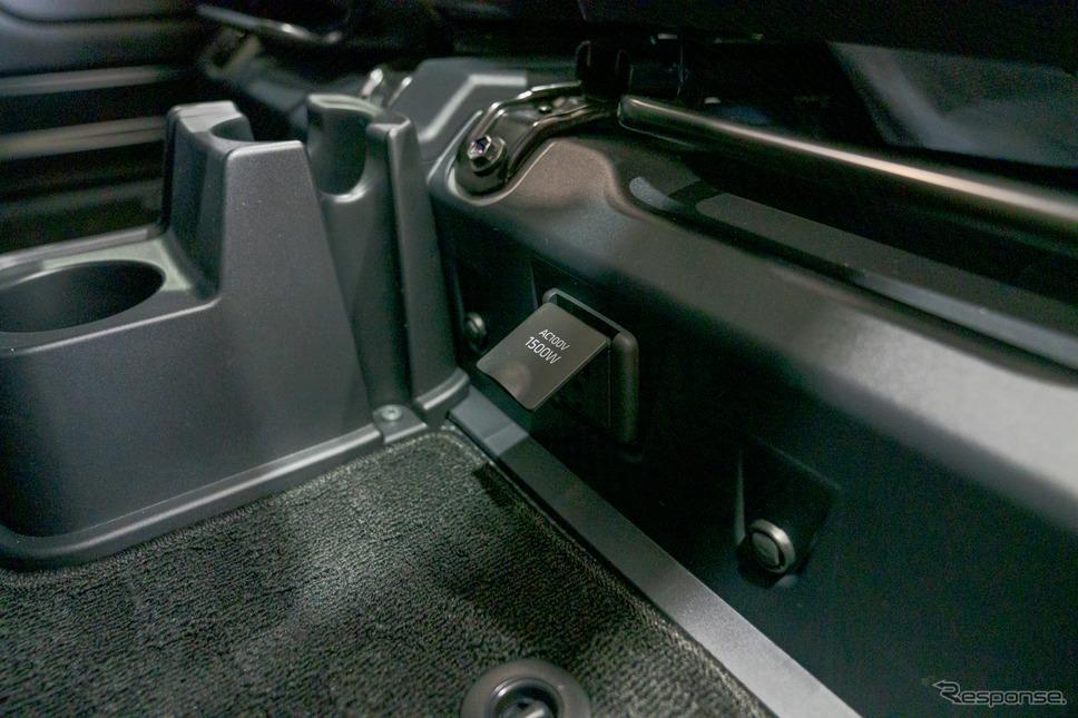 助手席の足下にアクセサリーコンセント(AC100V、1500W)が用意されている。《写真撮影 関口敬文》