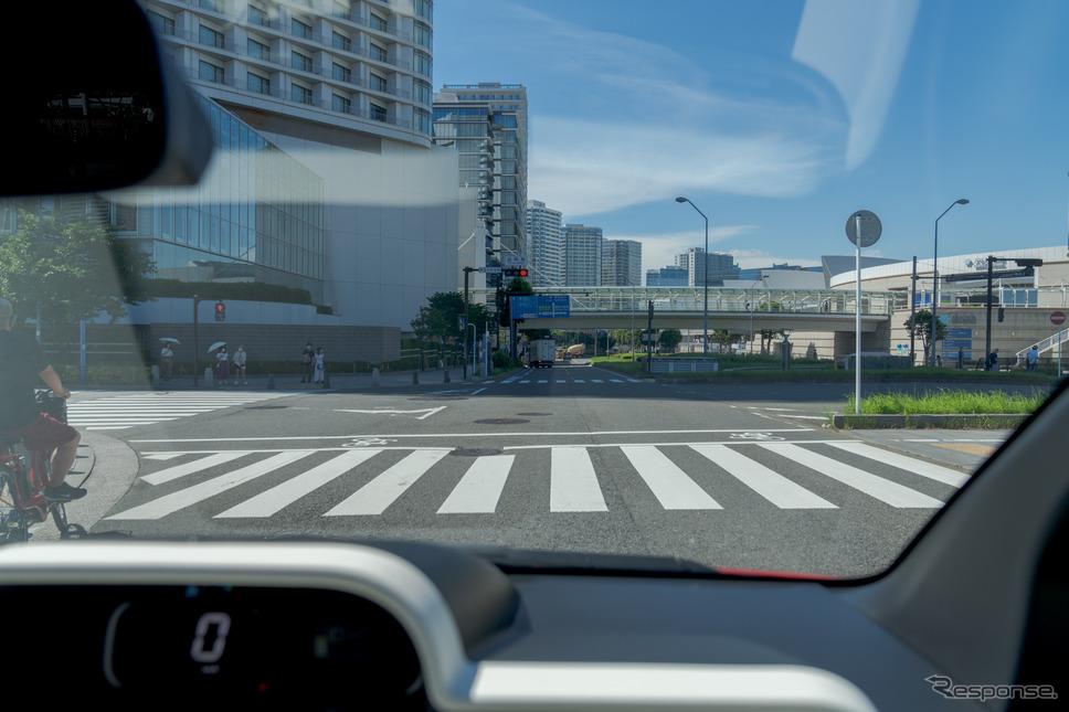 運転席から見た視界。ウインドーが広く取られているので、コンパクトな車体でも見晴らしはよい。《写真撮影 関口敬文》