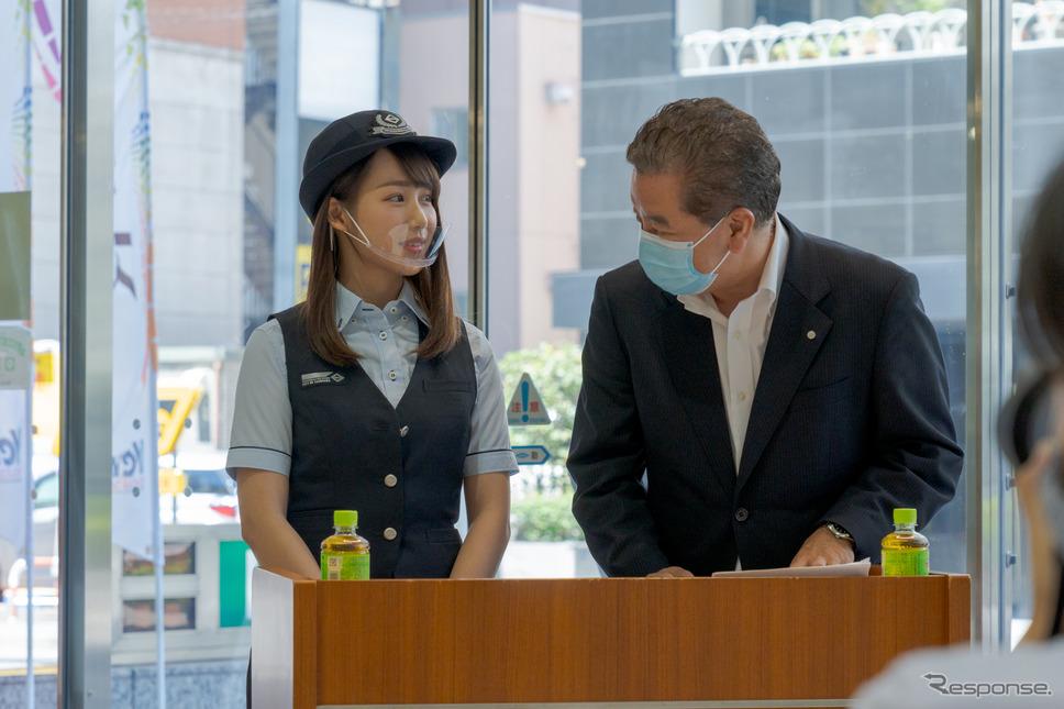 横浜市営バスの制服に身を包んで視界を務めた丸りおな氏。《写真撮影 関口敬文》