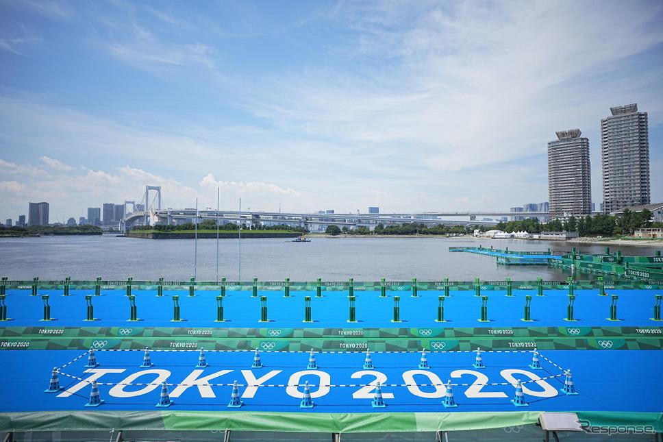 東京2020オリンピック・パラリン大会トライアスロン競技の会場となるお台場海浜公園(7月20日)《Photo by Michael Kappeler/picture alliance via Getty Images/ゲッティイメージズ》
