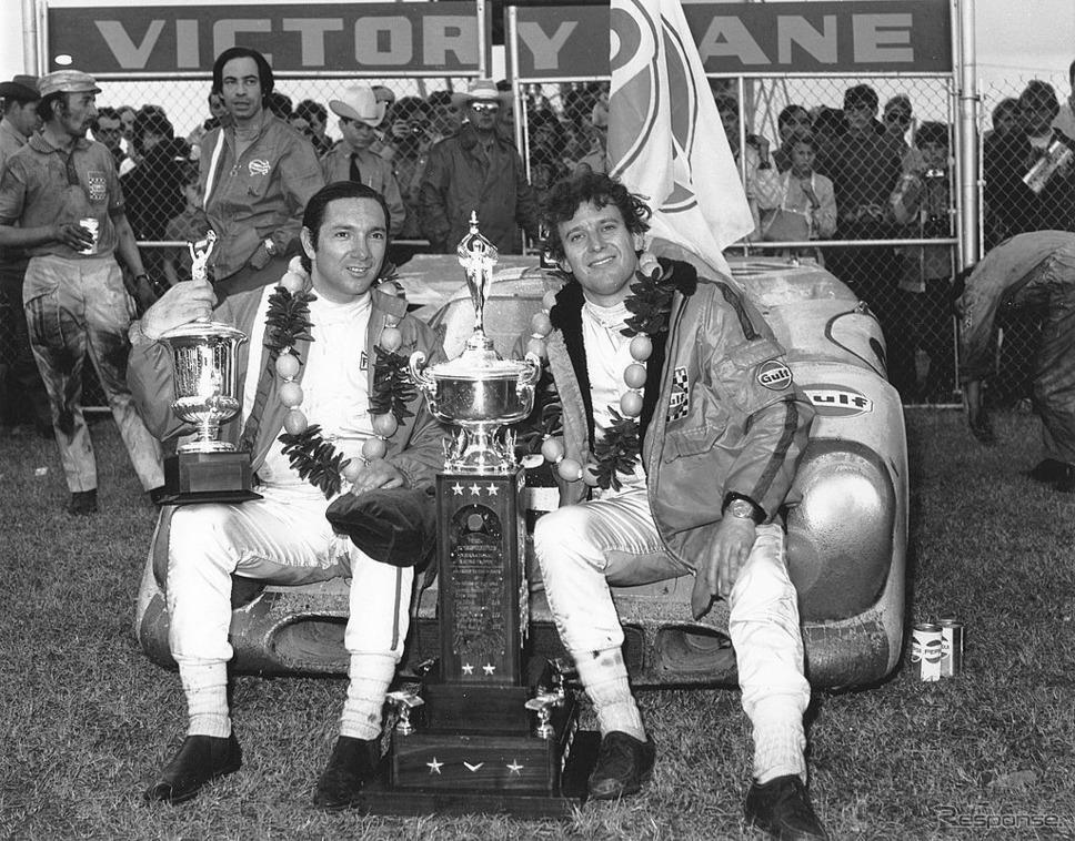 1971年デイトナ24時間で優勝したペドロ・ロドリゲス(向かって左)とジャッキー・オリバー《Photo by ISC Images & Archives via Getty Images/ゲッティイメージズ》