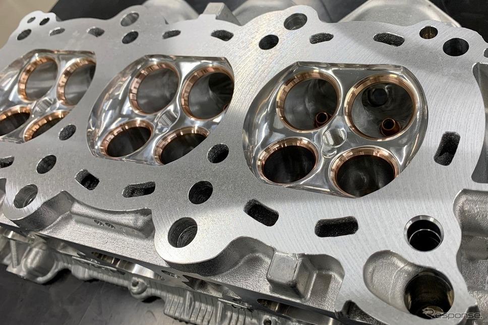 HKSの中でも有数の熟練エンジンビルダーの手仕上げによって鏡面加工された燃焼室と吸排気ポート《写真提供 HKS》