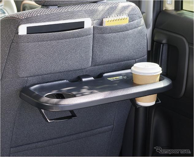 スズキ ワゴンRスマイルシートバックアッパーポケット(運転席)&パーソナルテーブル[ドリンクホルダー2個、ショッピングフック3個、折りたたみ格納式](後席右側)《写真提供 スズキ》