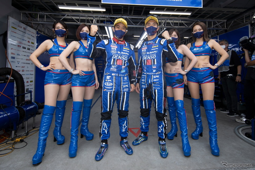 【SUPER GT 第5戦】GT300クラスポールポジションのSUBARU BRZ R&D SPORT、中央2名左から井口卓人、山内英輝《撮影 益田和久》