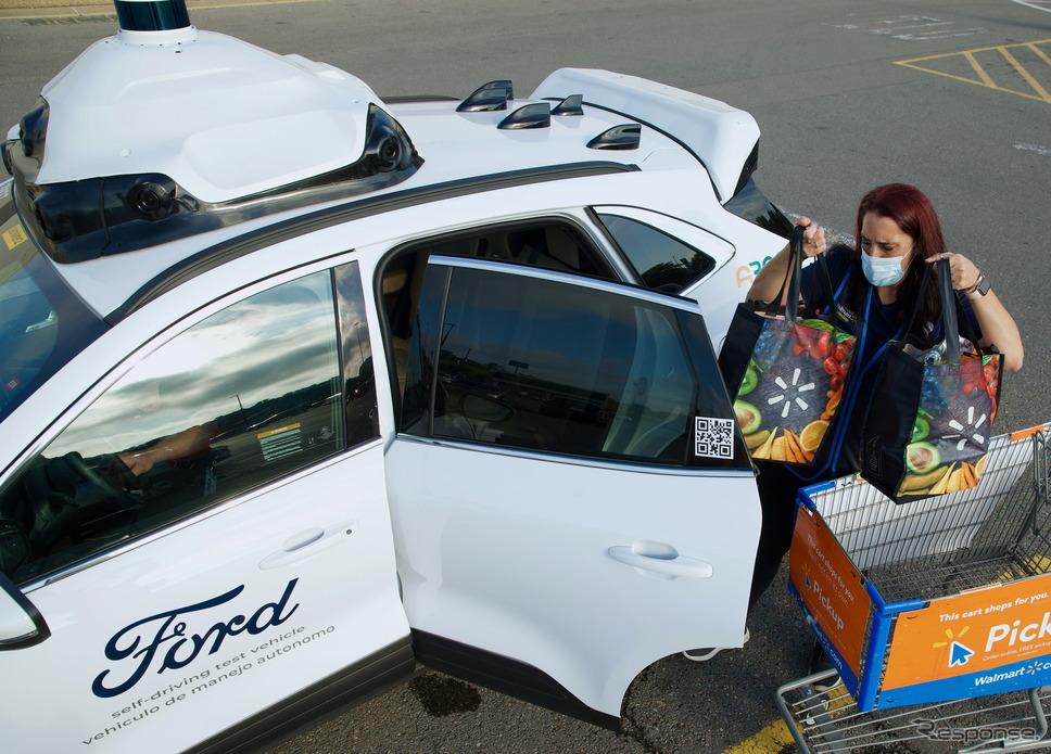 フォードの自動運転車によるウォルマートの顧客へのラストマイル配達《photo by Ford》