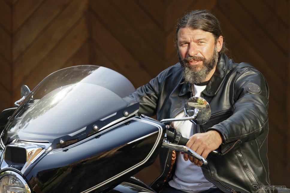 筆者のすぐ後ろをずっと走ってくれ、慣れない土地での試乗をフォローしてくれたBMW Motorrad 開発チーム、Roland Stocker(ローランド・ストッカー)さん。《画像 BMW Motorrad》